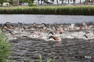 Triathleten in het water